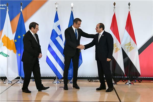 الرئيس السيسي يلتقط صورة جماعية خلال القمة المصرية اليونانية القبرصية
