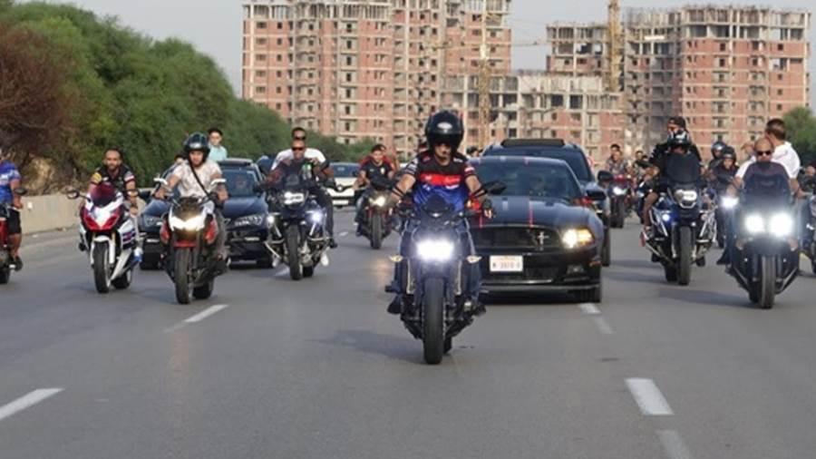 «الداخلية» تناشد قائدي الدراجات النارية والسيارات بارتداء الخوذة والالتزام بالحارات المرورية