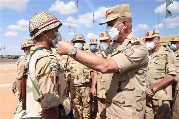 وزير الدفاع يشهد إجراءات تفتيش الحرب لإحدى تشكيلات الجيش الثاني الميداني