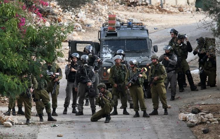 قوات إسرائيلية تقتل فلسطيني بعد مهاجمة جنديين بالضفة الغربية