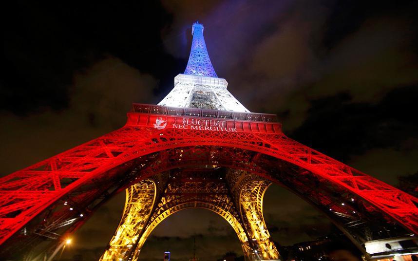 إنارة برج إيفل بالوان العلم الفرنسي طوال أيام الحداد على ضحايا هجوم نيس
