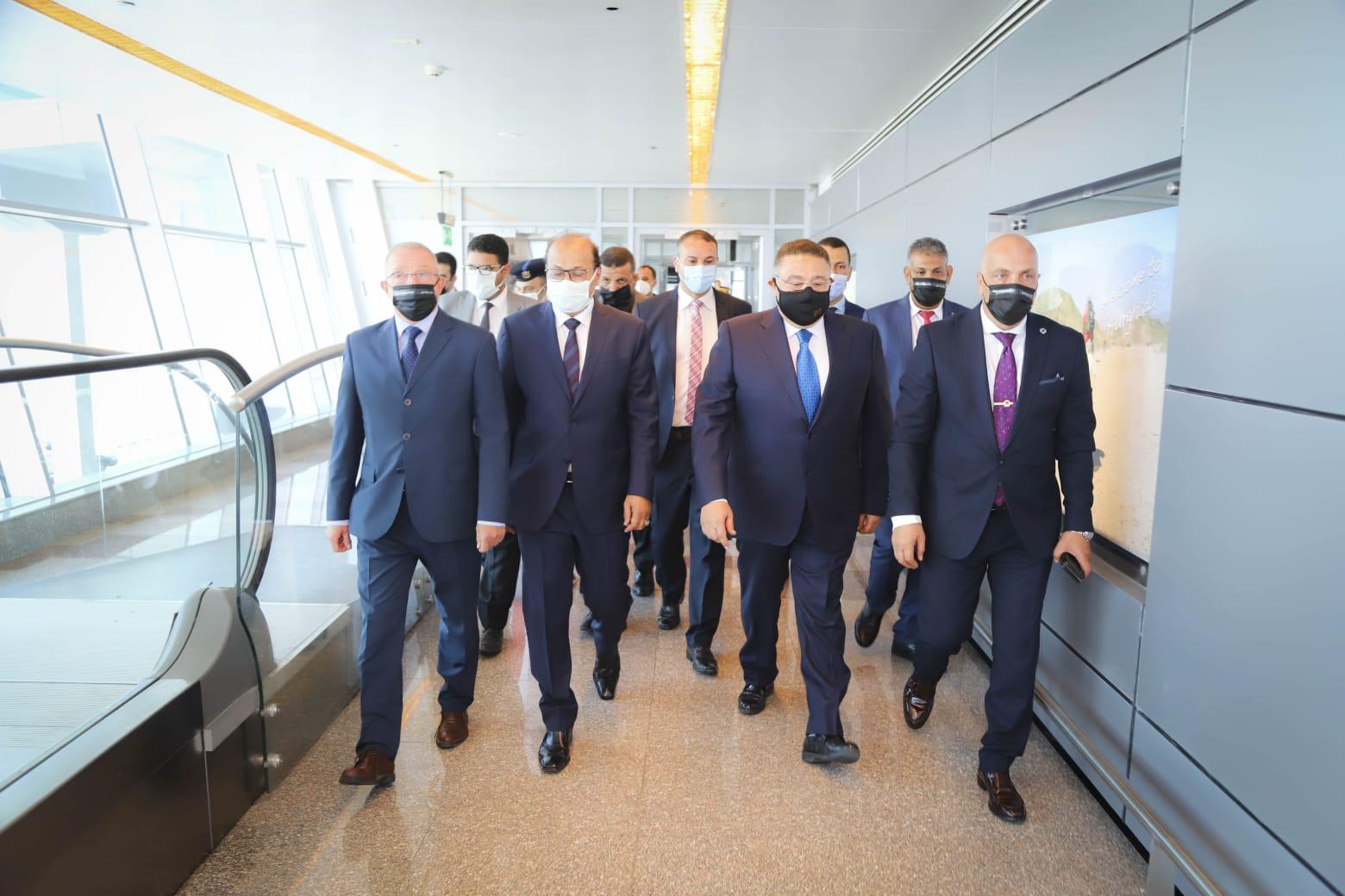 عمرو حنفي يستقبل أولى رحلات روسيا2