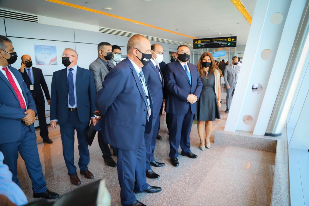 عمرو حنفي يستقبل أولى رحلات روسيا3