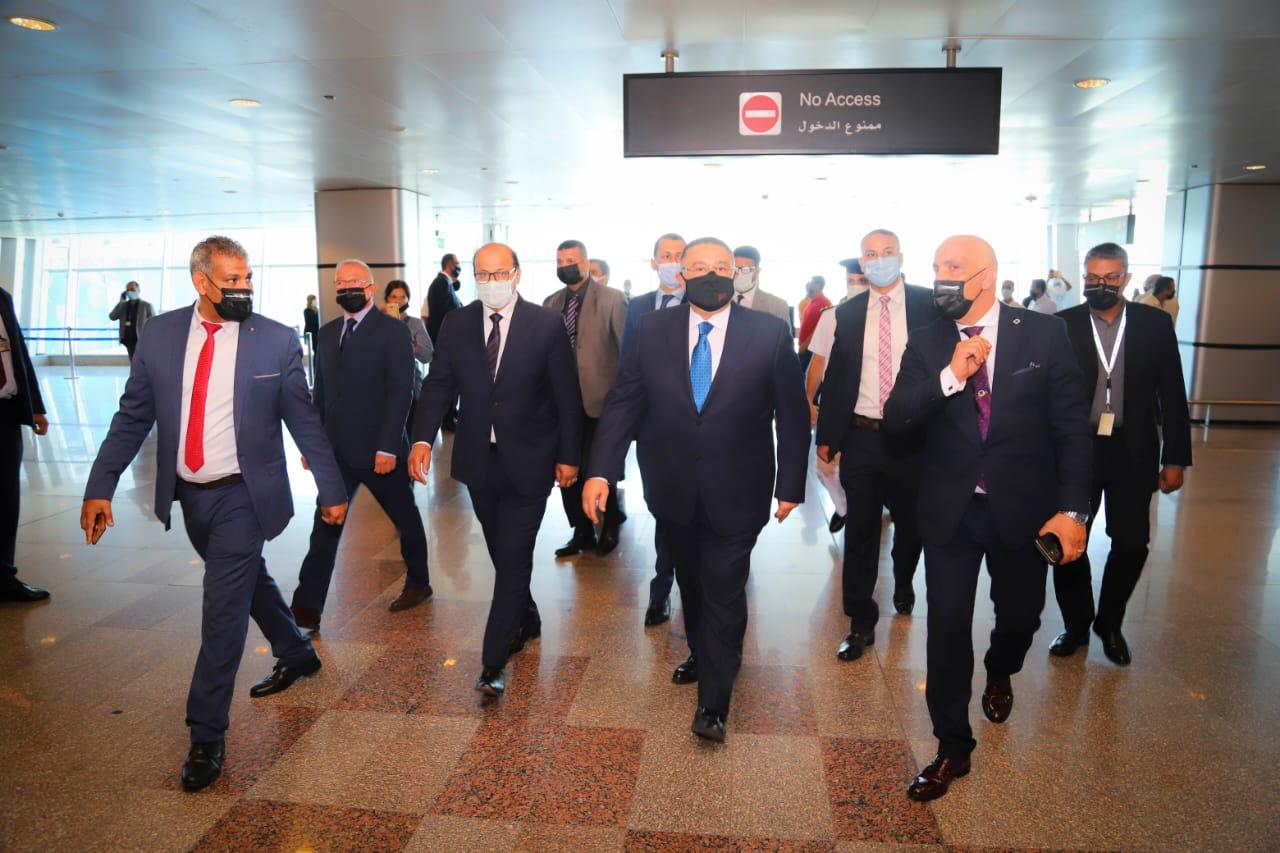 عمرو حنفي يستقبل أولى رحلات روسيا6