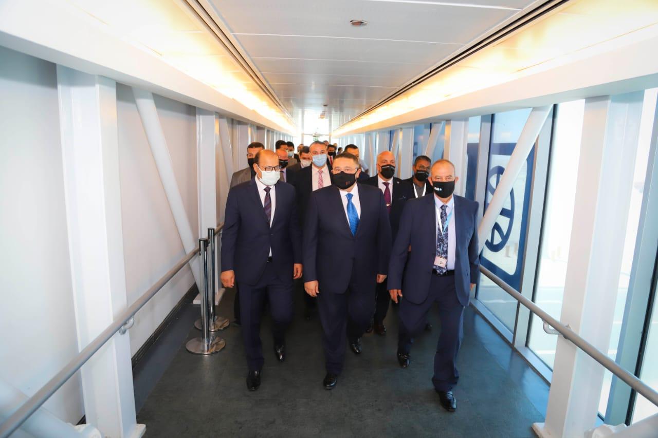 عمرو حنفي يستقبل أولى رحلات روسيا7